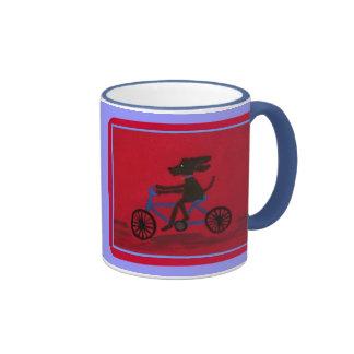 Hund auf einer Fahrradwecker-Tasse