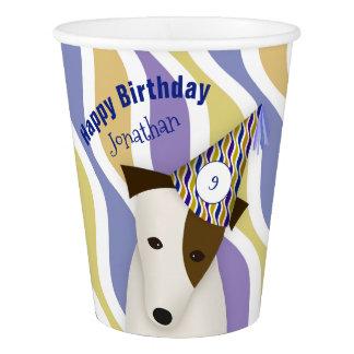 Hund, der den Geburtstag des lustigen Pappbecher