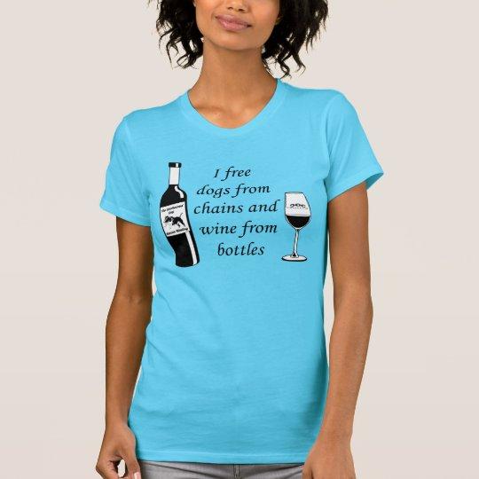 I freie Hunde von den Ketten und vom Wein von den T-Shirt