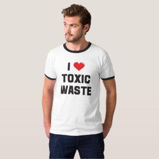I Liebe-giftiger Abfallstoff gesehen im wirklichen T-Shirt