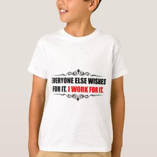 Ich arbeite für es T-Shirt
