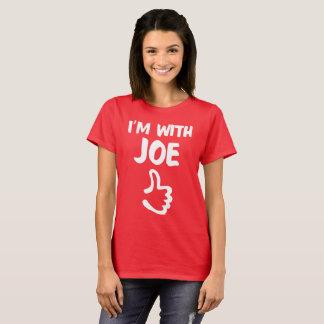 Ich bin mit dem tiefroten Shirt Joe-Frau -