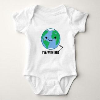 Ich bin mit ihr - Planeten-Tag der Erde Baby Strampler