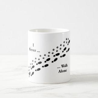 Ich des Hundeliebhabers gehe nie alleinPawprint Tasse
