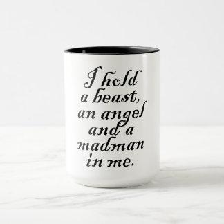 Ich halte ein Tier, einen Engel und ein Irres Tasse
