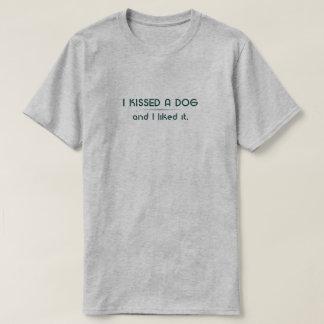 Ich küsste einen HundT - Shirt