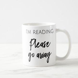 Ich lese - gehen bitte Kaffee-Tasse weg Tasse