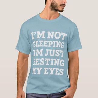 Ich schlafe nicht, ich stillstehe gerade meinen T-Shirt