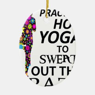 Ich übe heißes Yoga, um das verrückte heraus zu Ovales Keramik Ornament
