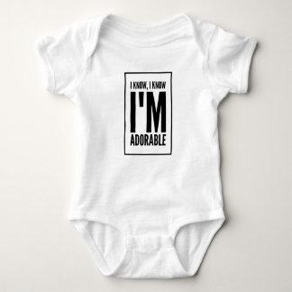 Ich weiß, dass ich entzückend bin baby strampler