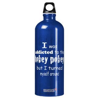 Ich wurde zum Hokey Pokey-Typografie-Zitat gewöhnt Wasserflasche