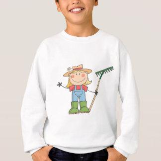 Im Garten arbeitenmädchen, das einen Gruß Sweatshirt