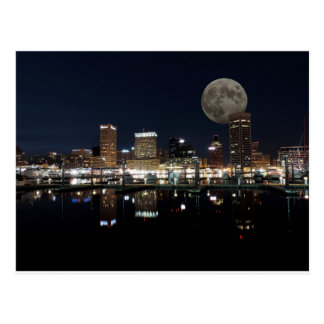 Im Stadtzentrum gelegener NachtSkyline-Mond Postkarte