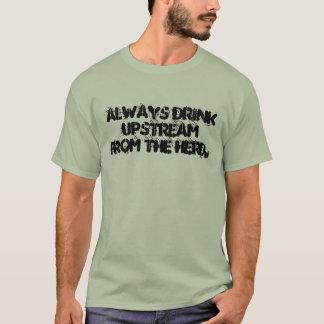 Immer Getränk gegen den Strom von der Herde T-Shirt