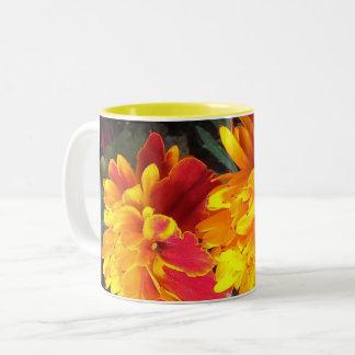 Immer in der Blüten-Ringelblumen-Tasse Zweifarbige Tasse