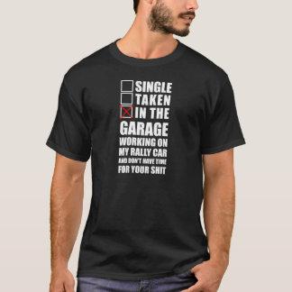 In der Garage, die an meinem Kundgebungsauto T-Shirt