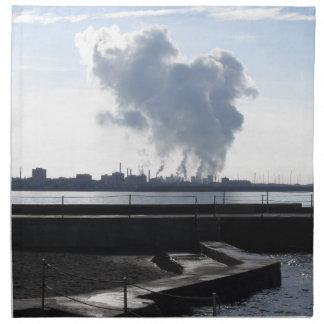 Industrielle Landschaft entlang der Küste Serviette