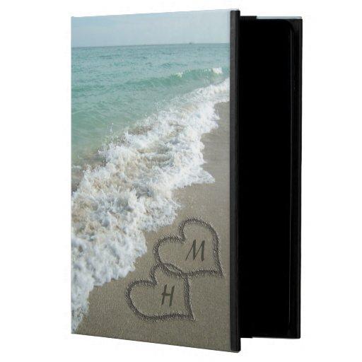 Ineinander greifenherzen auf Strand-Sand