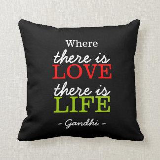 Inspirational Gandhi Zitat Schwarz-weiß Zierkissen