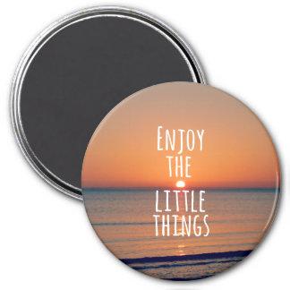 Inspirierend genießen Sie das Kleinigkeits-Zitat Runder Magnet 7,6 Cm