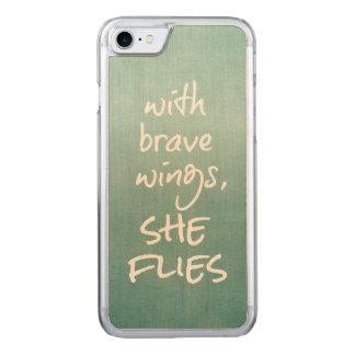 Inspirierend Zitat: Mit tapferen Flügeln fliegt Carved iPhone 8/7 Hülle