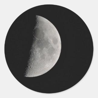 Inspiriert durch den Mond Runder Aufkleber