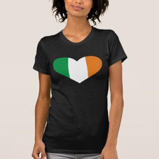Irische Flagge in einem Shirt der Herz-Form-Frauen