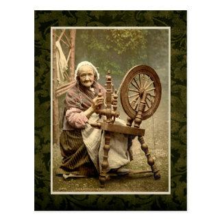 Irische Frau mit ihrem Spinnrad Postkarte