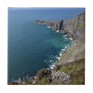 Irische Klippen im Dingle Irland durch den Ozean Kleine Quadratische Fliese