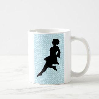 Irische Tänzer-Silhouette/blaue keltische Knoten Kaffeetasse