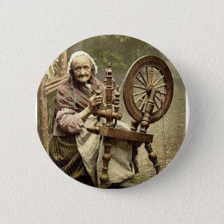 Irischer Spinner und Spinnrad. Co. Galway, Irel Runder Button 5,7 Cm