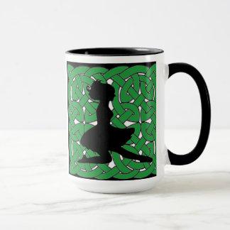 Irischer Tänzer auf grünem keltischem Knoten Tasse