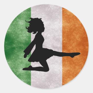 Irischer Tänzer auf irischen Flaggen-Aufklebern Runder Aufkleber