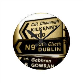 Irland-Straßenrand-Zeichen Wanduhr