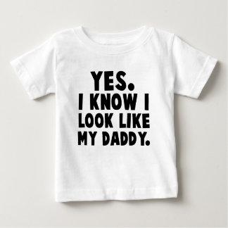 Ja weiß ich, dass ich wie mein Vati aussehe Baby T-shirt