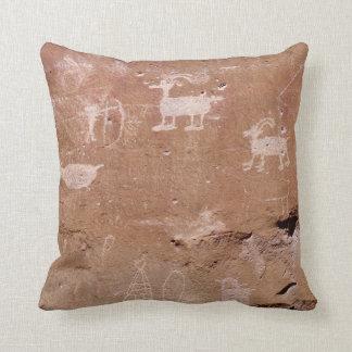 Jäger-Petroglyphe mit Text-Schablone Zierkissen