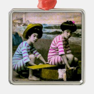 Japanische badenschönheits-Vintage Strand-Babys Quadratisches Silberfarbenes Ornament