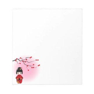 Japanische kokeshi Puppe an Kirschblüte-Blüten Notizblock