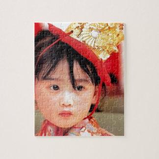 Japanisches kleines Mädchen, das einen Kimono