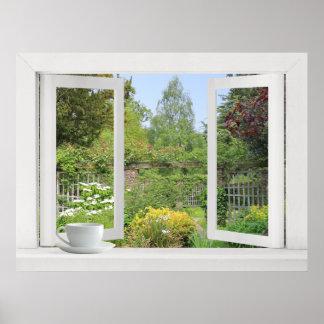 Jardin muré - fenêtre ouverte sur des fleurs et de affiches