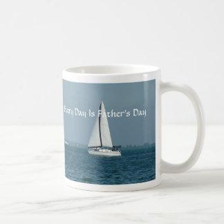 Jeder Tag ist der Vatertag und segelt Tasse