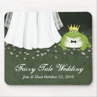 Jeune mariée de mariage de conte de fées et prince tapis de souris