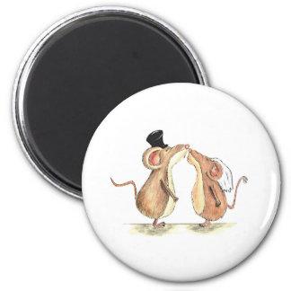 Jeunes mariés - embrassant des souris - cadeau pou magnet rond 8 cm