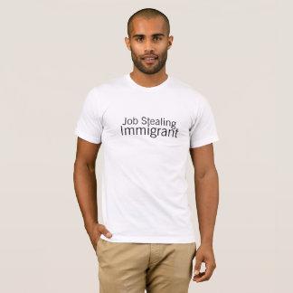 Job, der das Shirt der einwandernden Männer
