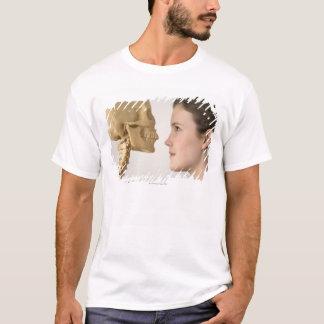 Jugendliche mit dem Skelett T-Shirt