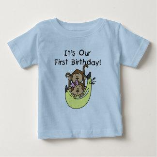 Jumeaux - anniversaire de singe de garçon et de tee-shirts