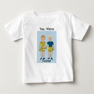 Jumeaux tenant des mains t-shirt pour bébé