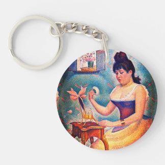 Junge Frau, die sich pulverisiert Schlüsselanhänger