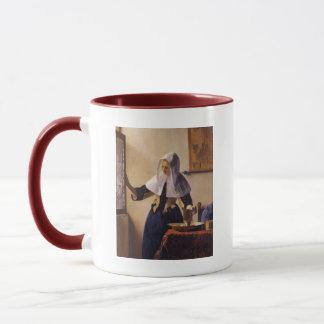 Junge Frau mit einem Wasser-Krug Tasse