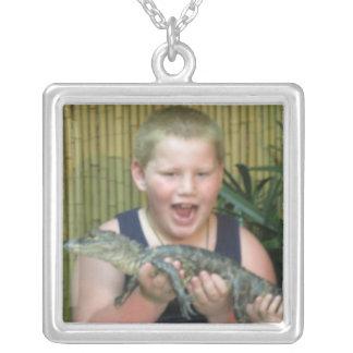 Junge mit Alligator Versilberte Kette